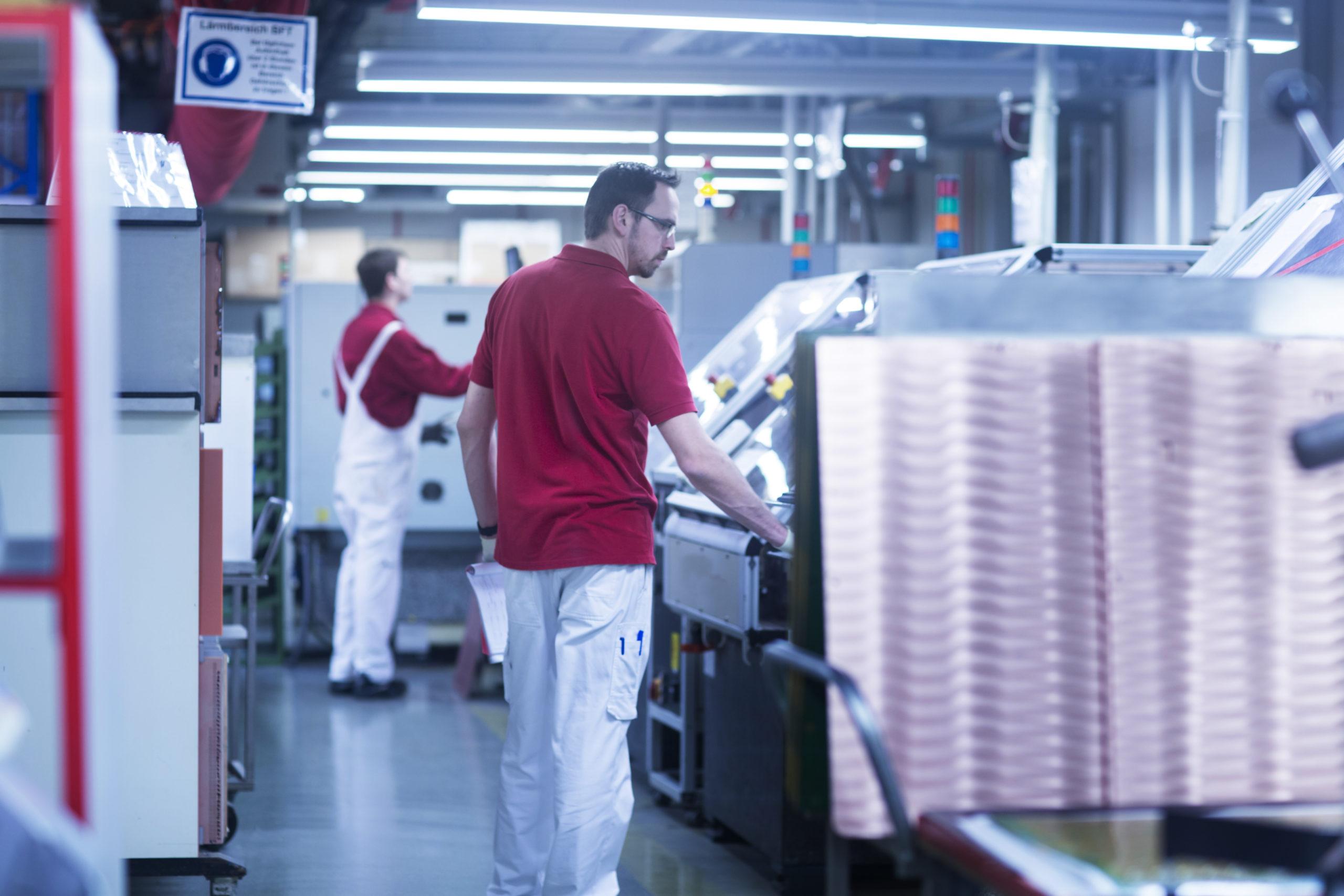 Zwei Mitarbeiter in der Produktion