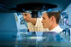 Zwei Labormitarbeiter während der Inspektion