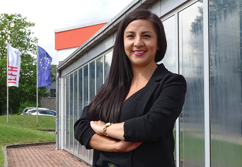 Liseth Villacres, purchasing manager, vor dem ILFA-Hauptgebäude