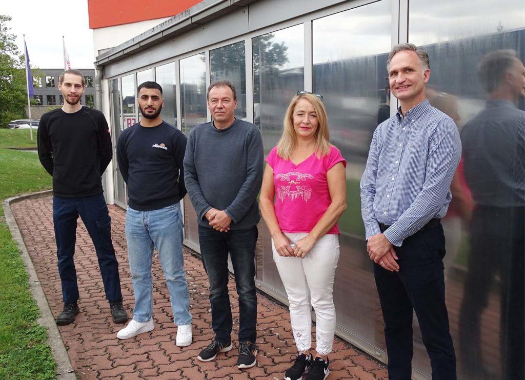 Fünf neue Mitarbeiter und Mitarbeiterinnen vor dem ILFA-Gebäude